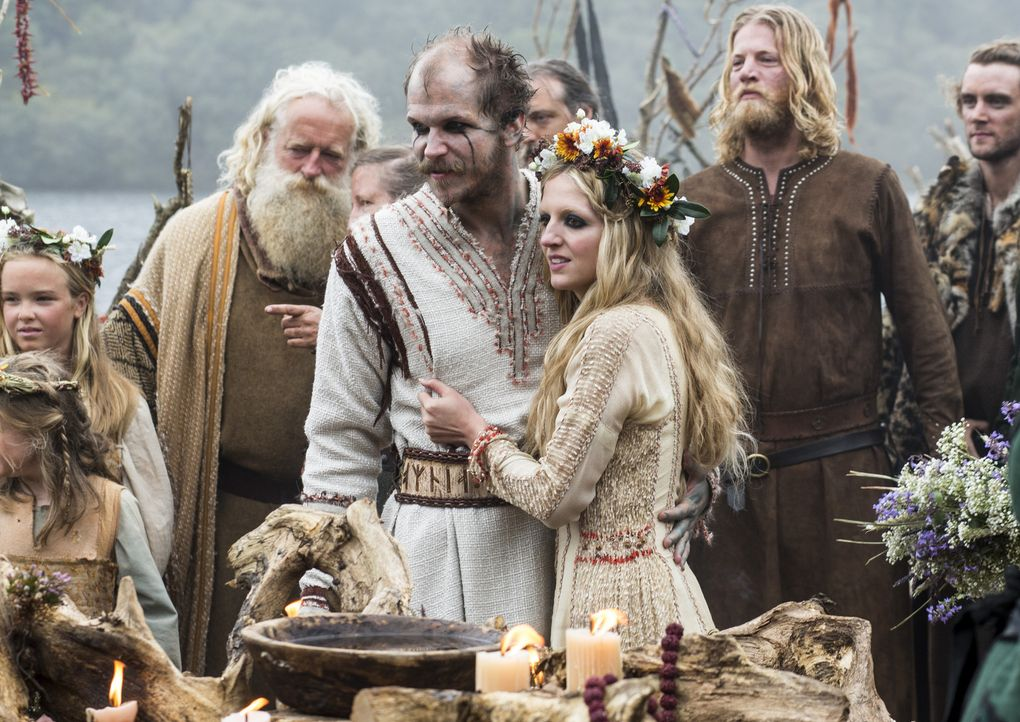 Eine traditionelle Wikingerhochzeit steht bevor: Floki (Gustaf Skarsgard, vorne l.) und Helga (Maude Hirst, vorne r.) ... - Bildquelle: 2014 TM TELEVISION PRODUCTIONS LIMITED/T5 VIKINGS PRODUCTIONS INC. ALL RIGHTS RESERVED.