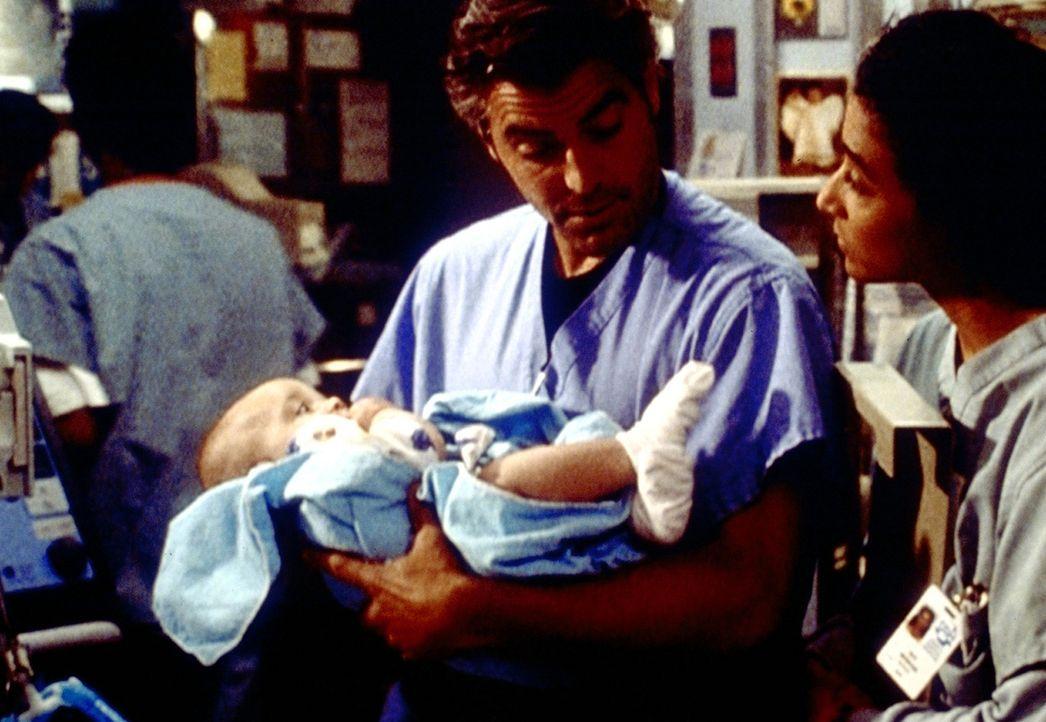 Ross (George Clooney) hat sich mit der unorthodoxen Weise, ein rauschgiftsüchtiges Kind zu therapieren, zwischen alle Stühle gesetzt. - Bildquelle: TM+  2000 WARNER BROS.