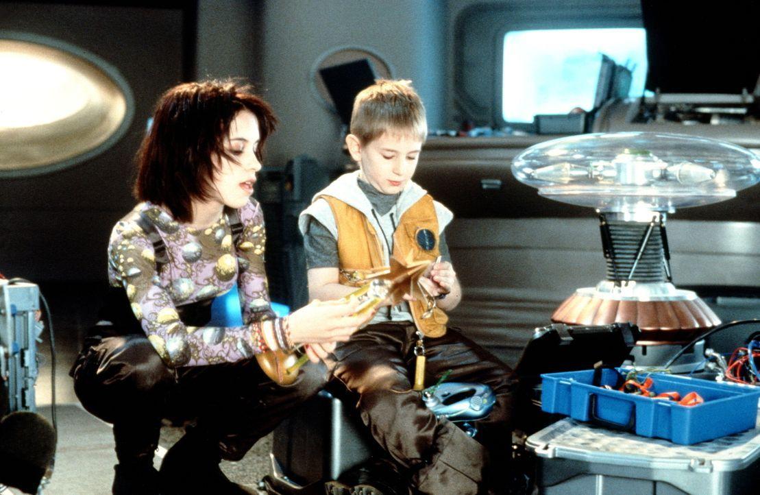 Obwohl noch sehr jung, müssen Will (Jack Johnson, r.) und seine Schwester Penny (Lacey Chabert, l.) das Schicksal der Weltbevölkerung auf ihren Schu... - Bildquelle: New Line Cinema