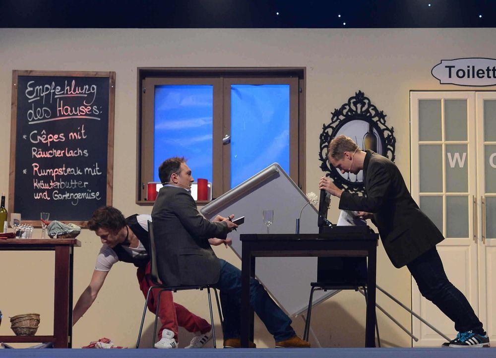 """Im Spiel """"Rutschpartie"""" wartet eine ganz besondere Herausforderung auf (v.l.n.r.) Luke Mockridge, Alexis Kara und Oliver Pocher ... - Bildquelle: Willi Weber SAT.1"""