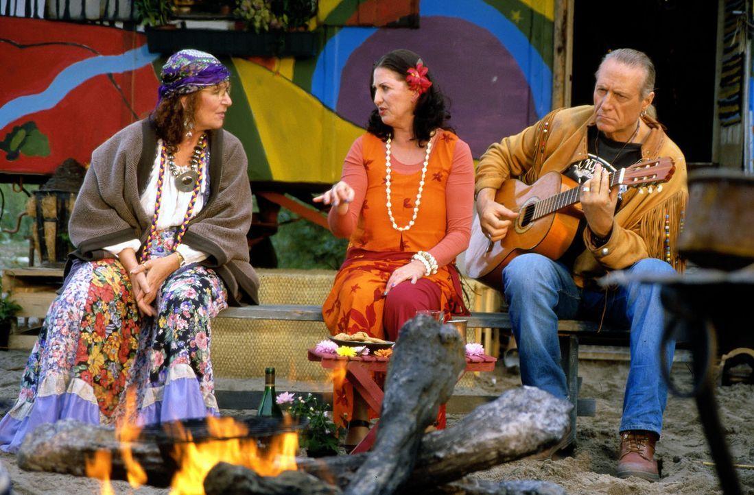 Felix vertritt Walter (Reiner Schöne, r.) und Anita Kilian (Cleo Kretschmer, M.), zwei alte Hippies, die wegen unsittlichen Nacktbadens angezeigt w... - Bildquelle: Spitz Sat.1