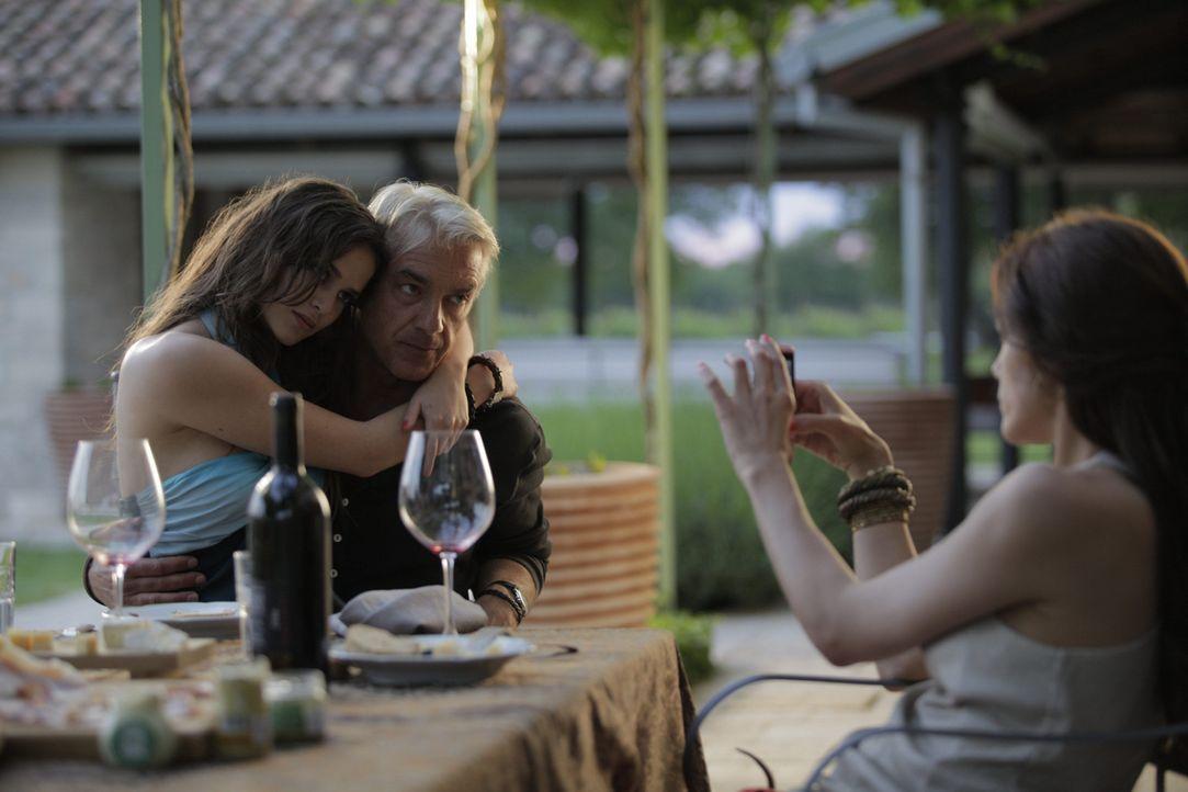 Das Leben von Viktoria (Bettina Zimmermann, r.) und Manuel (Christoph M. Ohrt, M.) scheint perfekt zu sein. Die beiden lieben sich sehr und Geld spi... - Bildquelle: Janez Stucin SAT.1