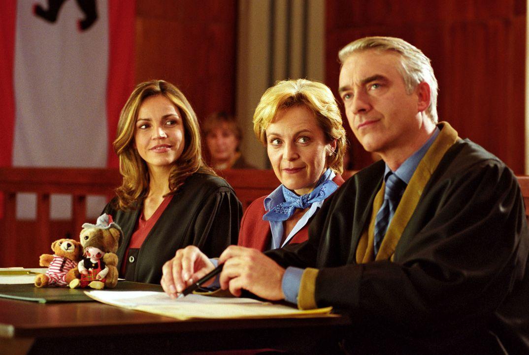 Von wegen Gentleman: Nachdem Sandra (Rebecca Immanuel, l.) den Salmonellen-Prozess gewonnen hat, zeigt Staatsanwalt Falkner sein wahres Gesicht. Er... - Bildquelle: Hardy Spitz Sat.1