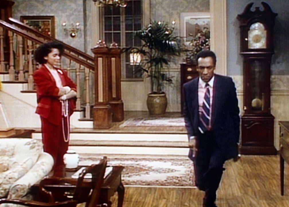 Cliff (Bill Cosby, r.) zeigt seiner Tochter Denise (Lisa Bonet, l.) eine Probe seiner besonders guten Tanzkünste. - Bildquelle: Viacom