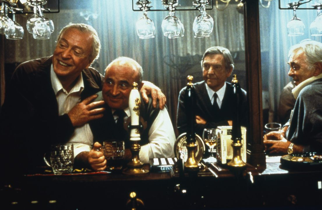Ganz gleich, was (v.l.n.r.) Jack (Michael Caine), Ray (Bob Hoskins), Vic (Tom Courtenay) und Lenny (David Hemmings) tagsüber tun, ihren Feierabend... - Bildquelle: 2003 Sony Pictures Television International. All Rights Reserved.