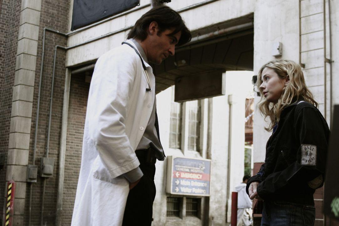 Sam (Linda Cardellini, r.) ist total verwirrt, da ihr Sohn Alex ohne ein Wort verschwunden ist. Luka (Goran Visnjic, l.) versucht sie zu beruhigen u... - Bildquelle: WARNER BROS