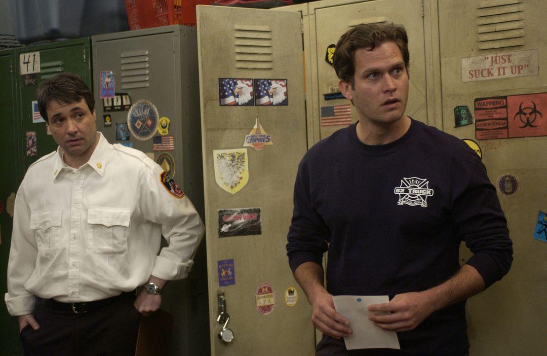 Auch Paulie (David Vadim, l.) und Sean (Steven Pasquale) rätseln, wie gut ihr neuer Chef ausgestattet sein könnte ... - Bildquelle: 2007 Sony Pictures Television Inc. All Rights Reserved
