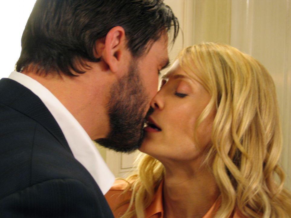 Ein Abschiedskuss?: Kirsten (Kelly Rowan, r.) und Carter (Bill Campbell, l.) ... - Bildquelle: Warner Bros. Television