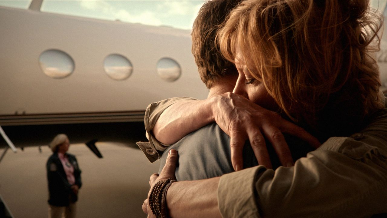 Wieder vereint: Steve (Alex O'Loughlin, M.) und seine Mutter Doris (Christine Lahti, r.) ... - Bildquelle: 2012 CBS Broadcasting Inc. All Rights Reserved.