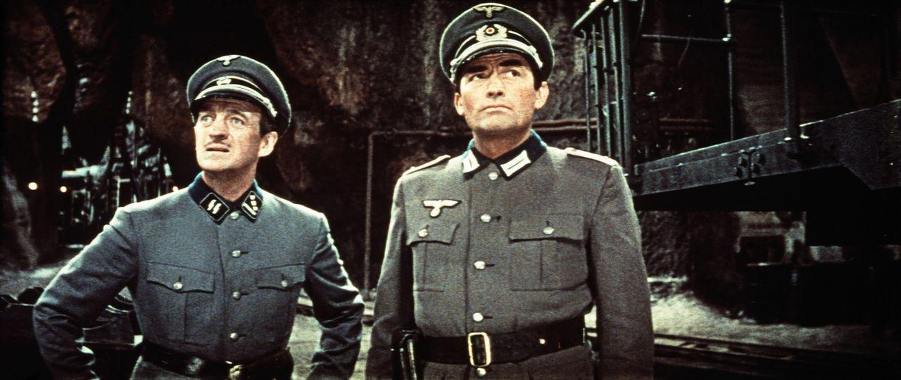Sprengstoffexperte Miller (David Niven, l.) und Bergsteiger Mallory (Gregory Peck, r.) in erbeuteten deutschen Uniformen - mitten in der Höhle des...