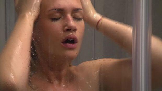 Kathy duscht nackt