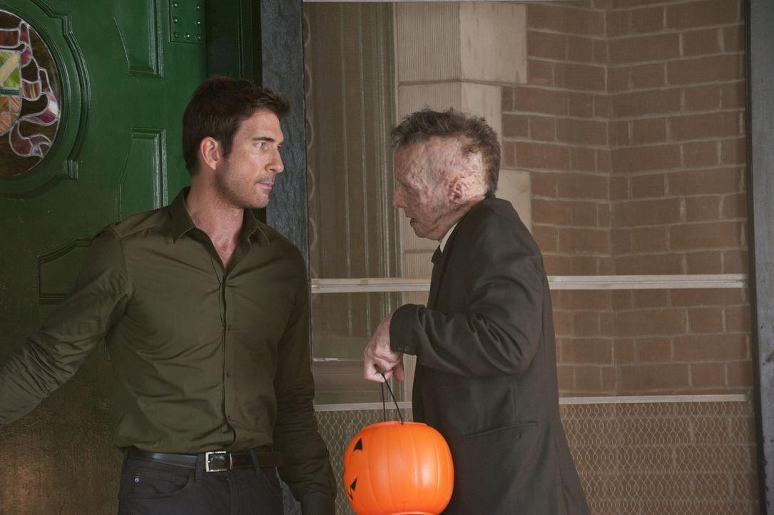 Ben Harmon (Dylan McDermott, l.) macht Larry (Denis O'Hare , r.) unmissverständlich klar, dass er ihn endlich in Ruhe lassen soll ... - Bildquelle: 2011 Twentieth Century Fox Film Corporation. All rights reserved.