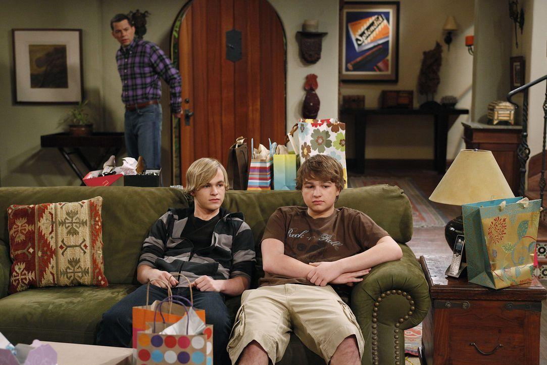 Während Alan (Jon Cryer, hinten) nicht fassen kann, dass Charlie wieder mit Courtney zusammen ist, sind Eldridge (Graham Patrick Martin, l.) und Ja... - Bildquelle: Warner Bros. Television