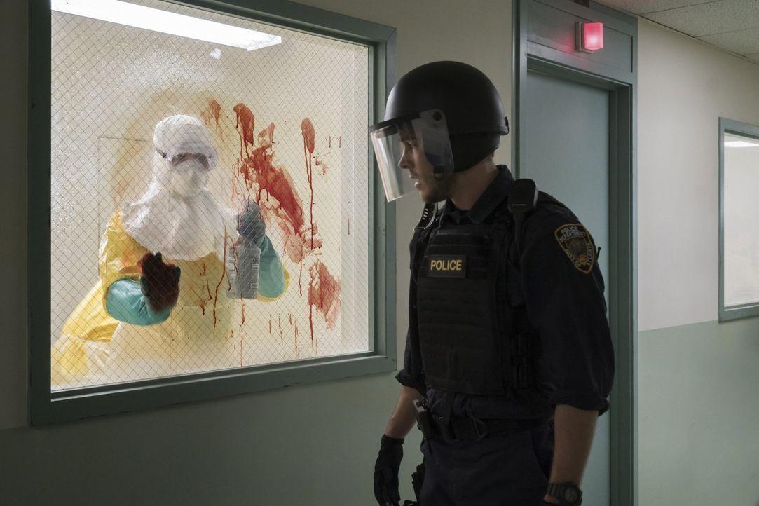 Als Jake (Chris Wood, r.) im Krankenhaus erkennt, wie schlimm der Ausbruch wirklich ist, ist an Flucht nicht mehr zu denken. Doch er ist nicht der e... - Bildquelle: Warner Brothers