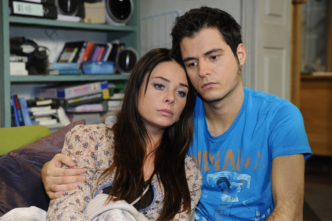 Maik (Sebastian König, r.) sorgt sich um Paloma (Maja Maneiro, l.), nachdem sie ihre Schwangerschaft abbrechen musste, und würde sie am liebsten i... - Bildquelle: SAT.1