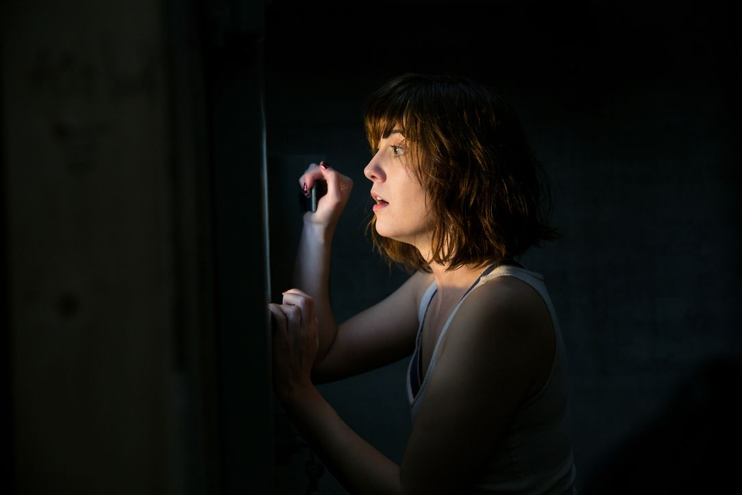 Was wird Michelle (Mary Elizabeth Winstead) erwarten, wenn sie die Tür des Bunkers öffnet? - Bildquelle: Michele K. Short 2016 Paramount Pictures.  All Rights Reserved.
