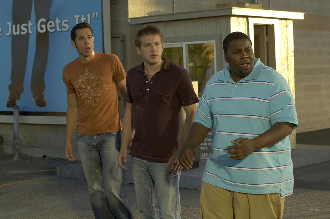 Drei Freunde und jede Menge Chaos: Ben (Zachary Levi, l.) und Wyatt (Kenan Thompson, r.) versuchen, Joel (Fran Kranz, M.) nach einer großen Fernseh... - Bildquelle: 2007 Screen Gems, Inc. All Rights Reserved