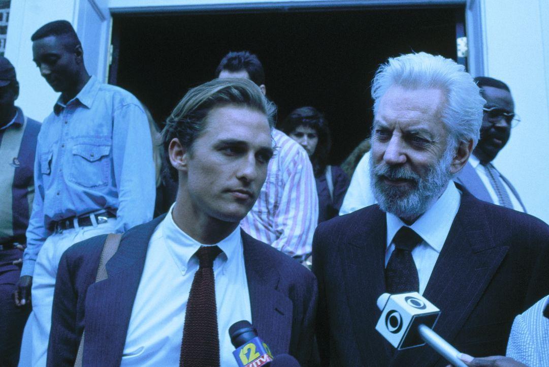 Der junge, noch unerfahrene Anwalt Jake Brigance (Matthew McConaughey, l.) übernimmt unter Anleitung des gewieften Anwalts Lucien Wilbanks (Donald S... - Bildquelle: Warner Bros.