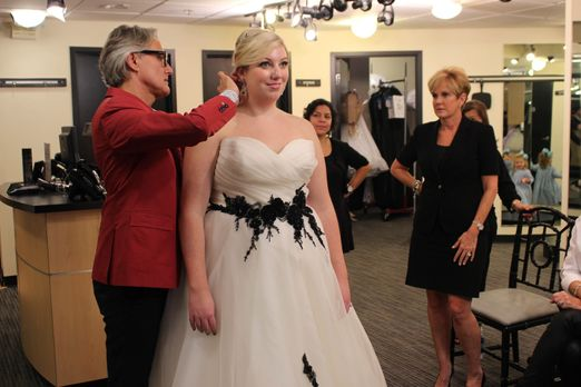 Mein perfektes Hochzeitskleid! - Während Becca (2.v.l.) und Cory eigentlich e...