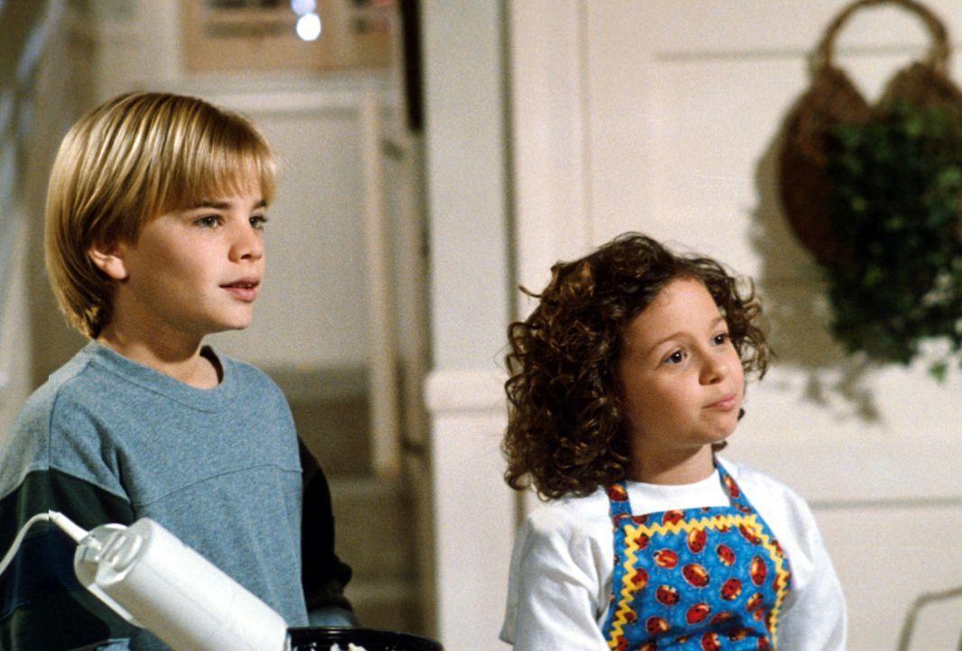 Simon (David Gallagher , l.) und seine Schwester Ruthie (Mackenzie Rosman, r.) kümmern sich um die kleine Sarah, die bisher bei ihrem alkoholkranken... - Bildquelle: The WB Television Network