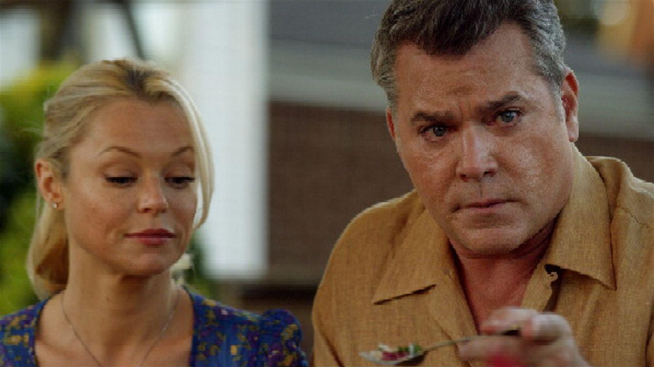 Marty (Ray Liotta, r.) besucht mit seiner Frau Beth (Charlotte Ross, l.) und seinem Sohn seinen neuen Kollegen Sullivan und dessen Frau. Sie versteh... - Bildquelle: 2011 Twentieth Century Fox