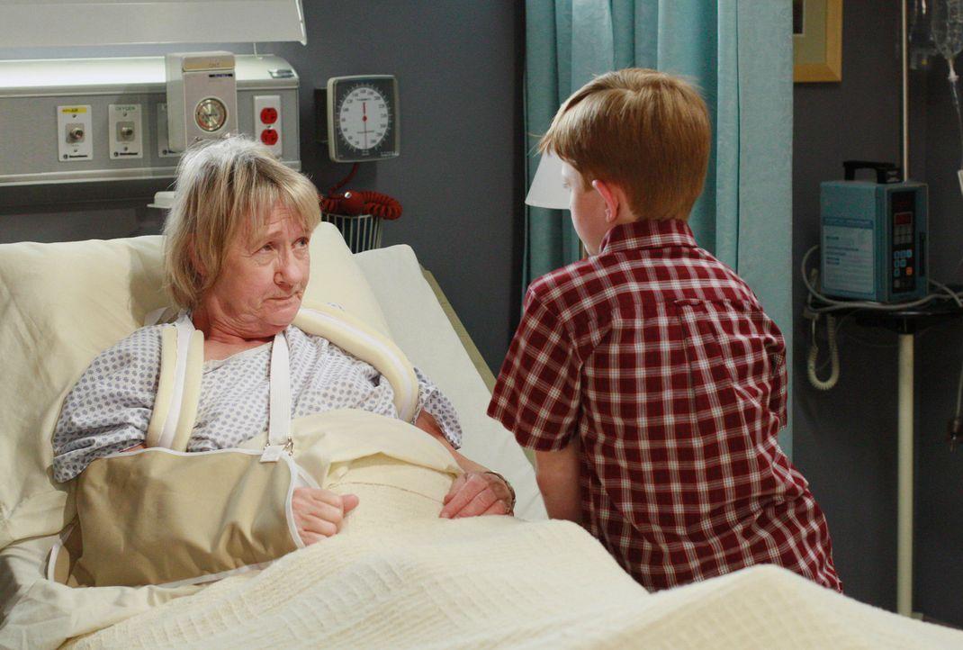 Parker (Zane Huett, r.) erzählt Mrs. McClusky (Kathryn Joosten, l.), dass er den Mann in ihrer Kühltruhe gefunden hat ... - Bildquelle: 2005 Touchstone Television  All Rights Reserved