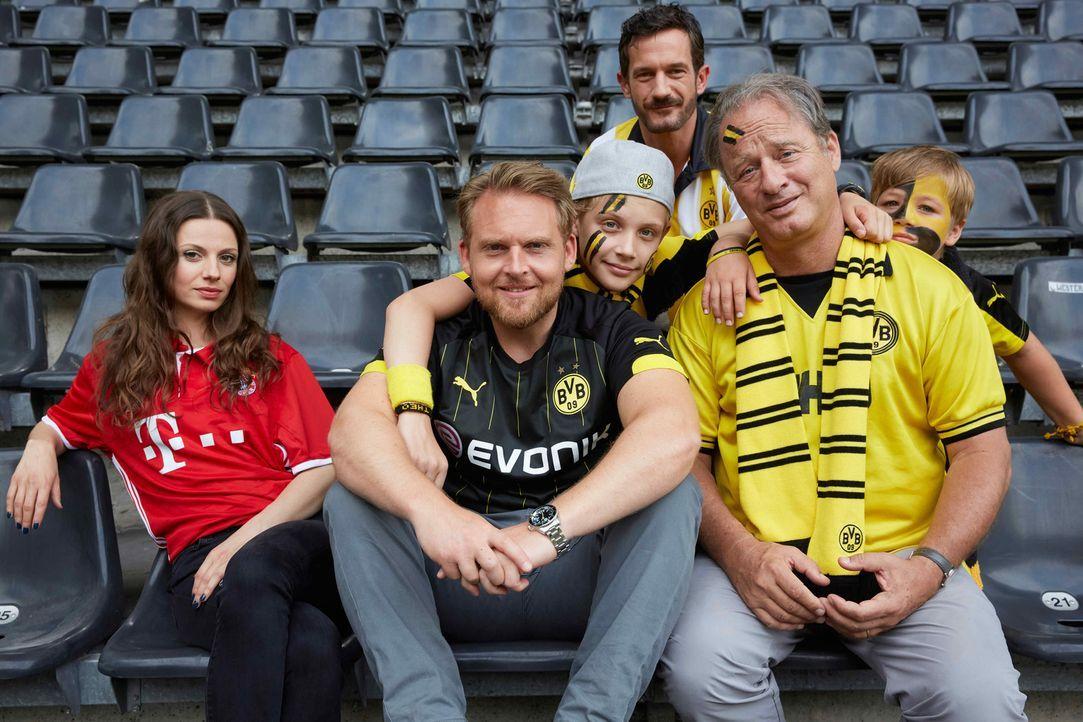 Als die FC Bayern-Funktionärin Viktoria (Julia Hartmann, l.), die eigentlich den Star des BVBs abwerben wollte, einen totalen Gedächtnisverlust erle... - Bildquelle: Guido Engels SAT.1