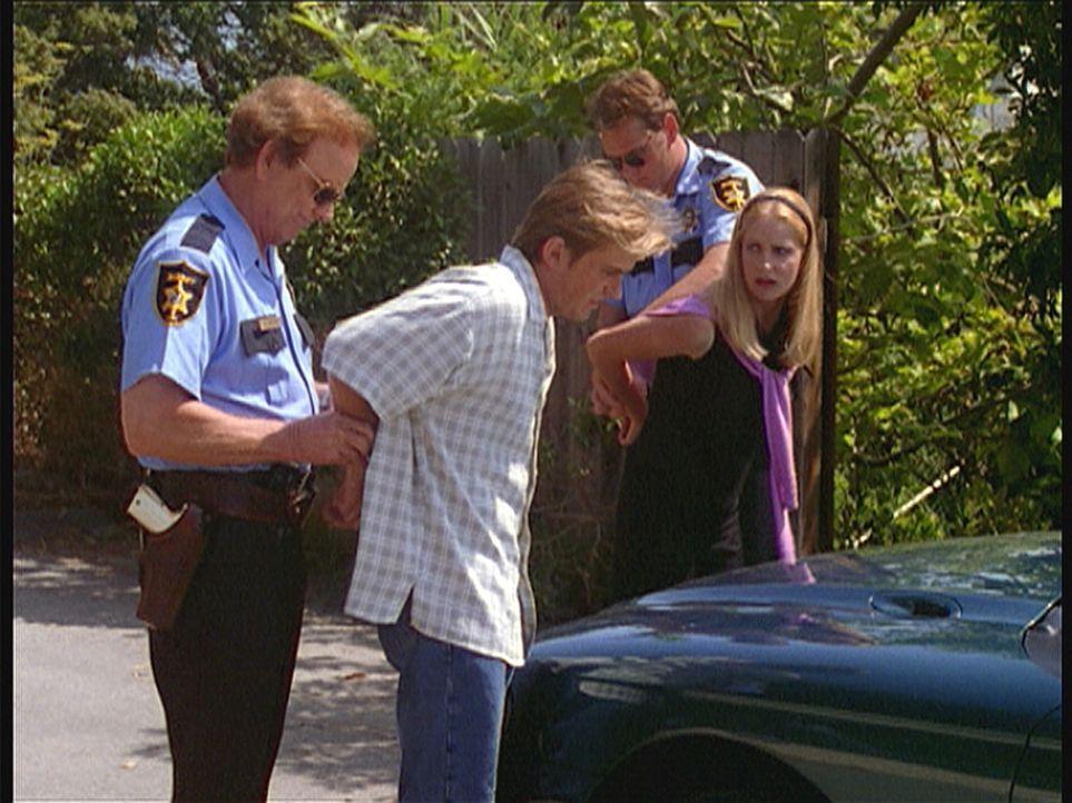 Sheriff Macon und sein Deputy verhaften Jesse (Charlie Schlatter, 2.v.l.) und Susan (Kim Little, r.) wegen Mordverdachts. - Bildquelle: Viacom