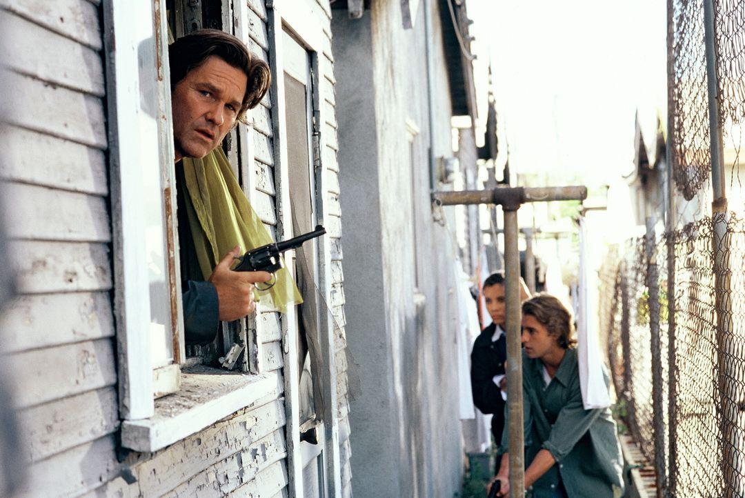 Polizeiermittler Eldon Perry (Kurt Russel, l.) ist bekannt für seine harten Methoden und seine zügellose Aggression. Dennoch ist er und seine Truppe... - Bildquelle: Tobis Film