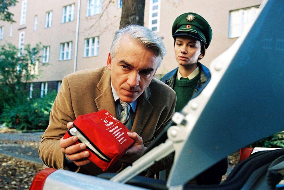 Die Verkehrspolizistin (Tamara Simunovic, r.) kennt mit dem renitenten Felix (Christoph M. Ohrt, l.) kein Pardon ... - Bildquelle: Sat.1