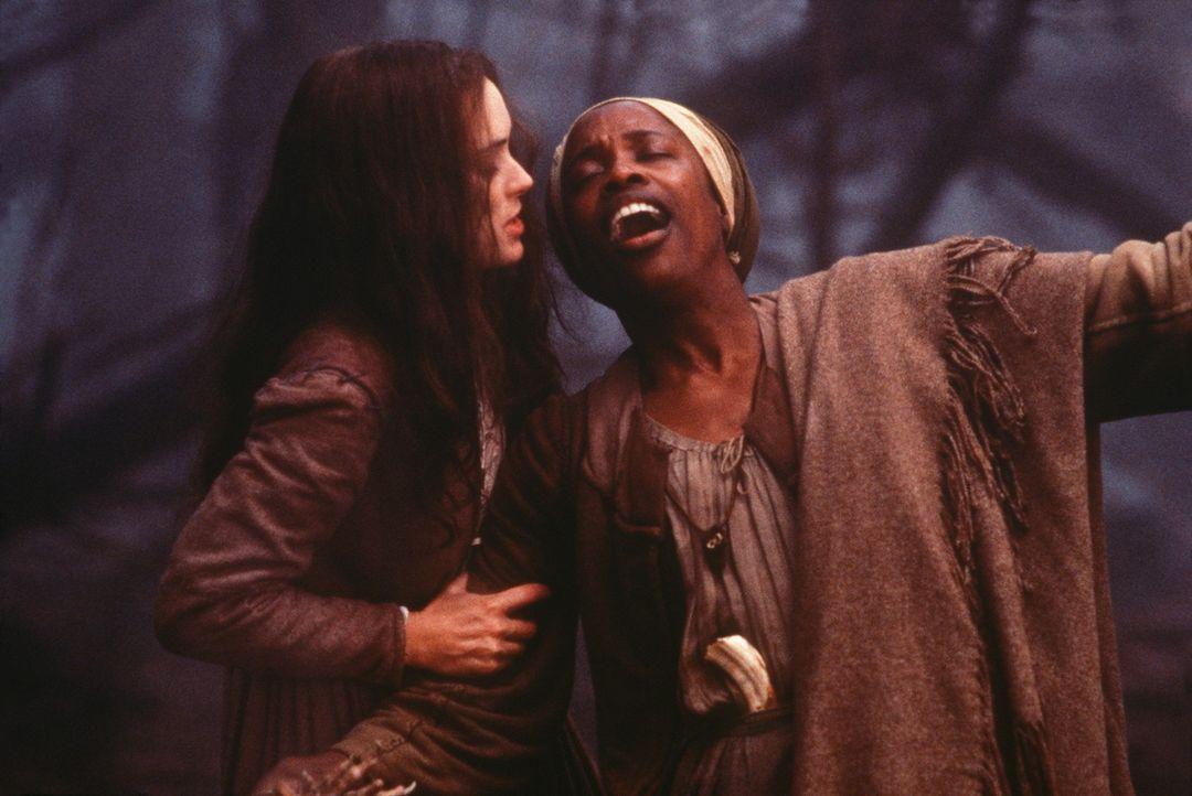 Die nach Rache sinnende Abigail (Winona Ryder, l.) zieht die unschuldige Sklavin Tituba (Charlayne Woodard, r.) ins Verderben ... - Bildquelle: 20th Century Fox Film Corporation