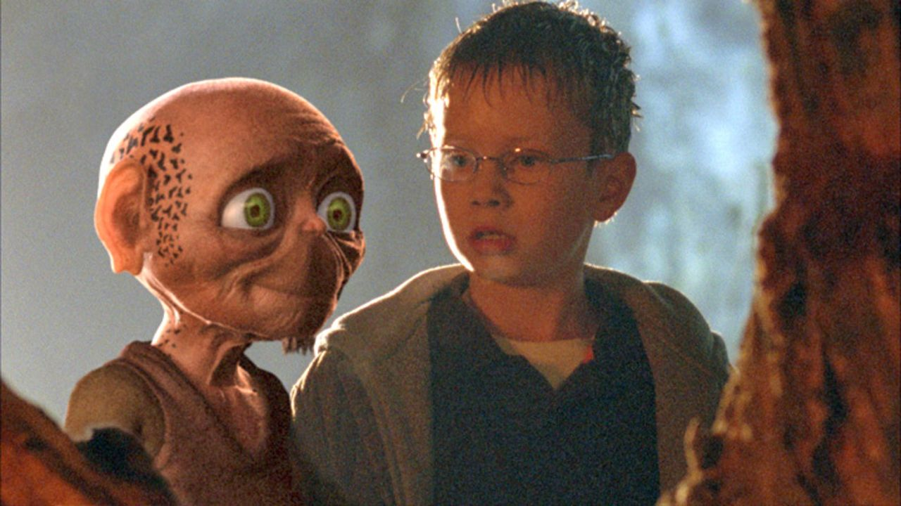Oki, der Tim (Lukas Schust, r.) vor dem Ertrinken gerettet hat, weiht seinen neuen Freund in ein seit Jahrhunderten gehütetes Geheimnis ein - mit g... - Bildquelle: Sat.1