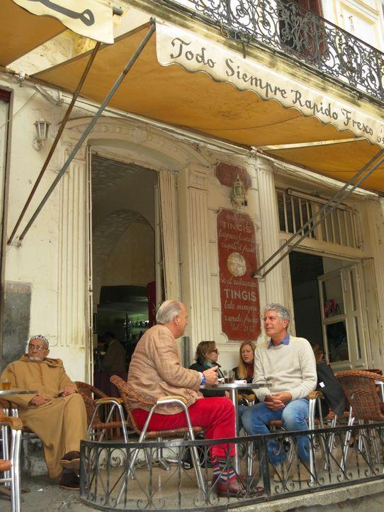 Auf seiner kulinarischen Reise entdeckt Anthony Bourdain (r.) das marokkanische Tangier ... - Bildquelle: 2013 Cable News Network, Inc. A TimeWarner Company. All rights reserved.