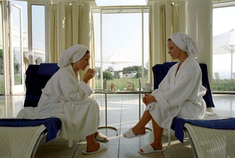 Katharina (Ann-Kathrin Kramer, l.) und Maria (Ann-Kathrin Kramer, r.) stellen fest, dass sie sich nicht nur äußerlich ähneln ... - Bildquelle: Thomas Kost Sat.1