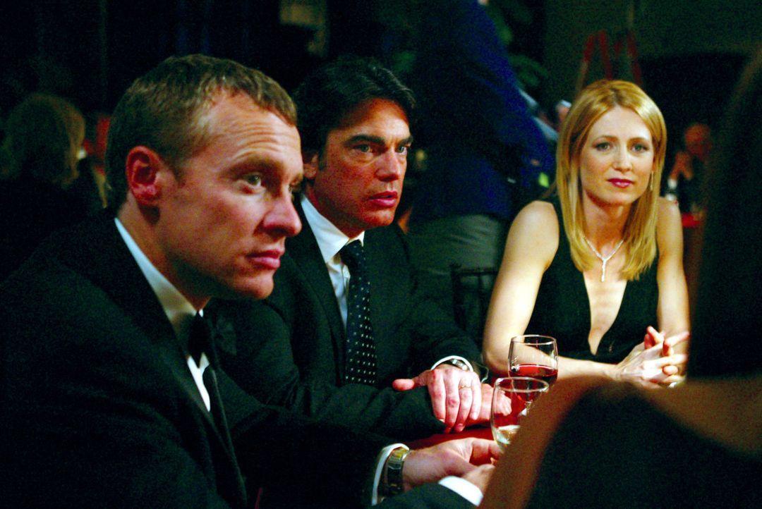 Sandy (Peter Gallagher, M.) erzählt seiner Frau Kirstern (Kelly Rowan, r.) und Jimmy (Tate Donovan, l.), dass er Ryan bei sich aufnehmen möchte ... - Bildquelle: Warner Bros. Television