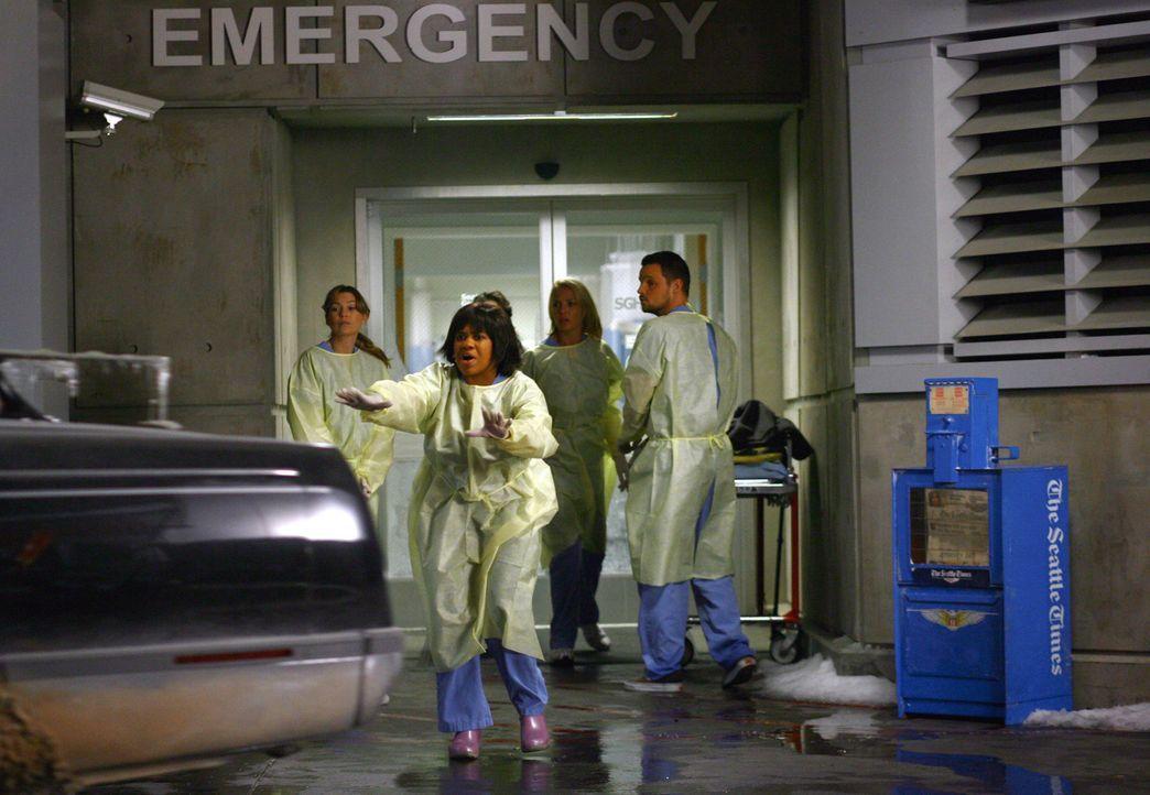 Als Meredith (Ellen Pompeo, l.), Bailey (Chandra Wilson, 2.vl.), Cristina, Izzie (Katherine Heigl, 2.v.r.) und Alex (Justin Chambers, r.) draußen a... - Bildquelle: Touchstone Television