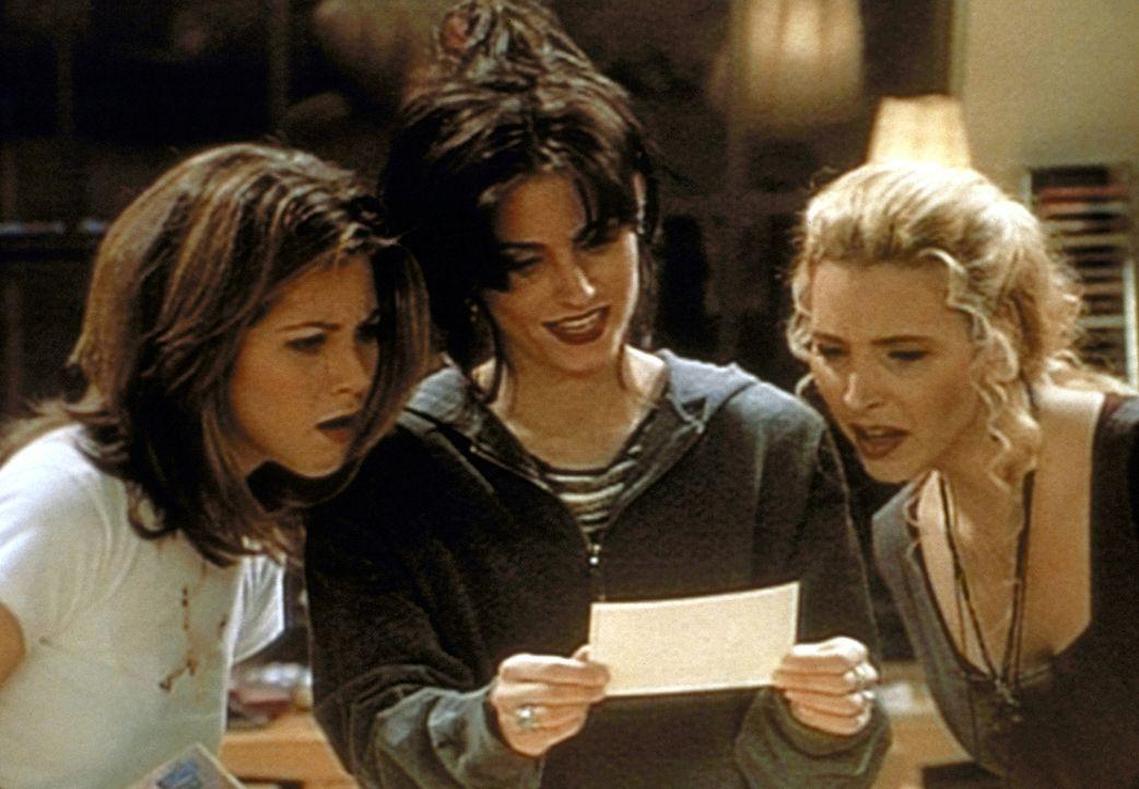 (v.l.n.r.) Rachel (Jennifer Aniston), Monica (Courteney Cox) und Phoebe (Lisa Kudrow) verbrennen ihre Liebesbriefe, um sich von der Vergangenheit zu... - Bildquelle: TM+  2000 WARNER BROS.