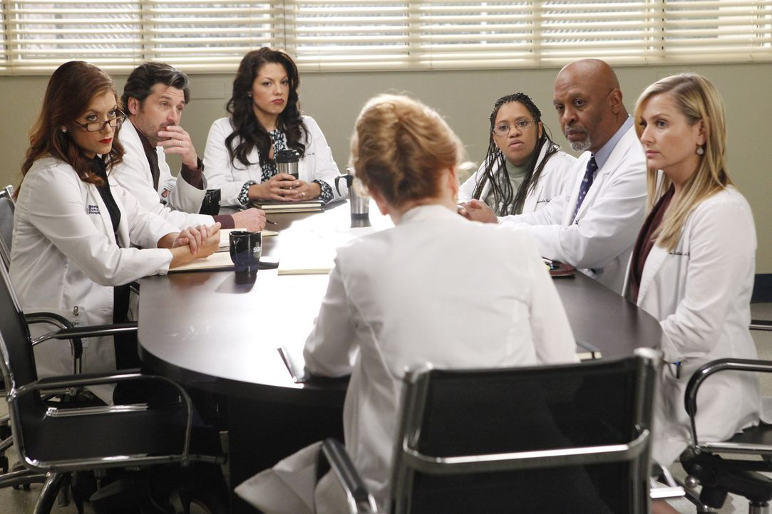 Merediths Mutter Ellis (Kate Burton, vorne) ist ausgerechnet an ihrem Krankenhaus Chefärztin und macht ihr und der restlichen Belegschaft (v.l.n.r.... - Bildquelle: ABC Studios
