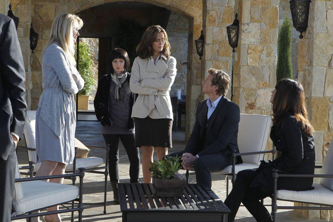 Im Wein liegt die Wahrheit: Patrick (Simon Baker, 2.v.r.), Teresa (Robin Tunney, r.), Amy Barron (Diane Farr, l.), Gretchen Zahn (Carrie Wiita, 1.v.... - Bildquelle: Warner Bros. Television