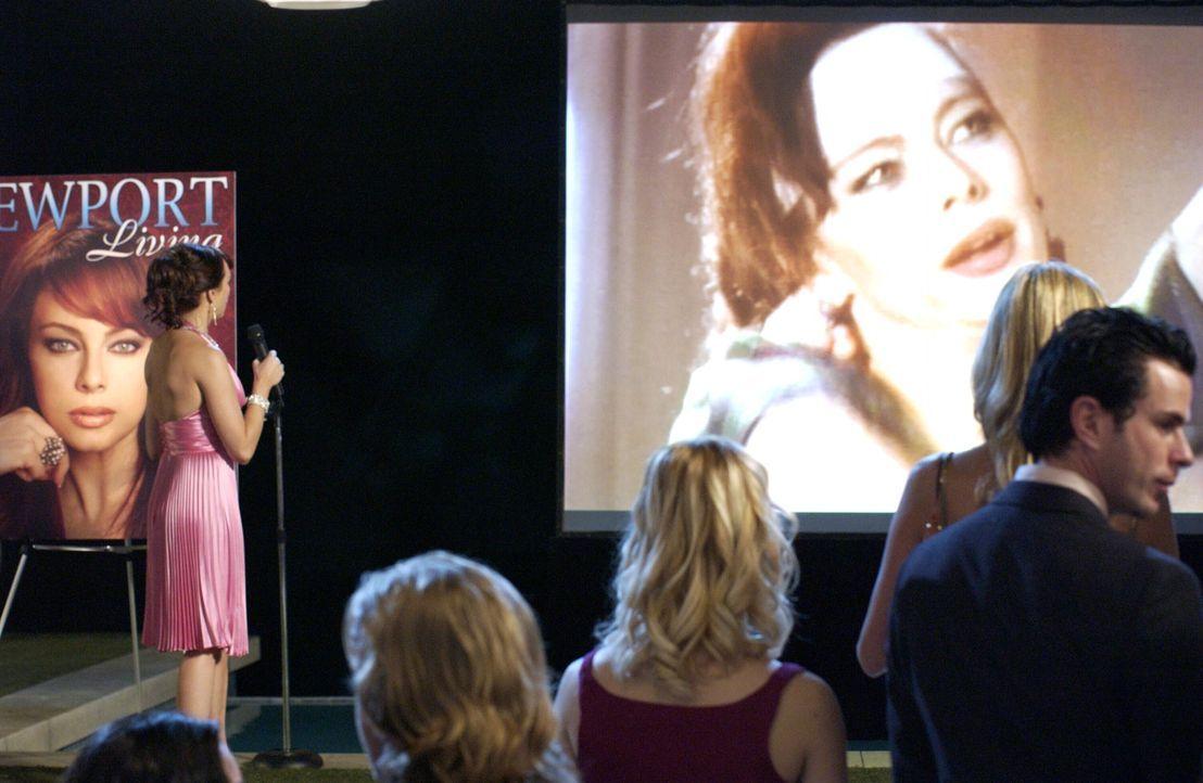 Julie (Melinda Clarke, l.) traut ihren Augen kaum, als sie die Leinwand sieht ... - Bildquelle: Warner Bros. Television