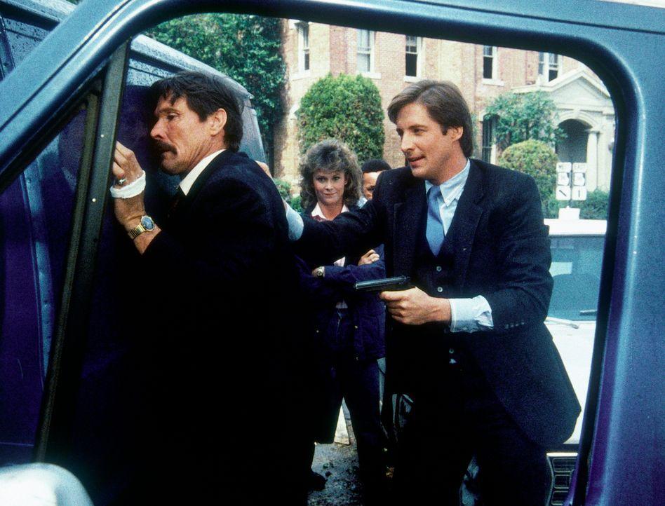 Lee (Bruce Boxleitner, r.) hat Karlo (William Smith, l.) überwältigt. Die geistesgegenwärtige Hilfe von Amanda (Kate Jackson, M.) hat zu diesem Erfo... - Bildquelle: CBS Television