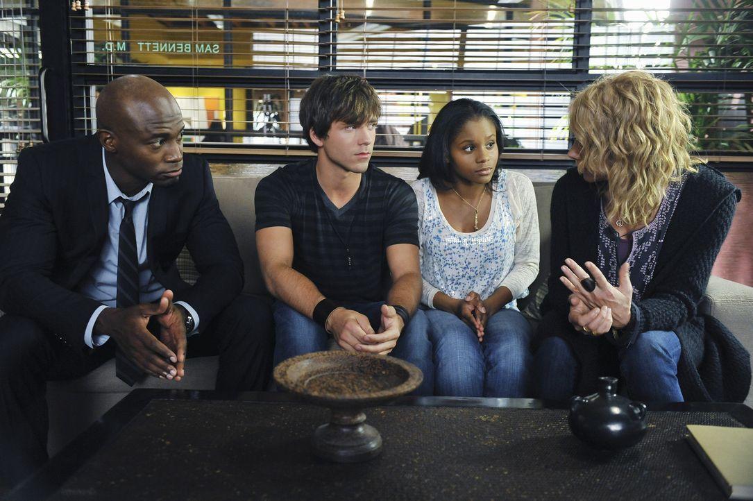 Dink (Stephen Lunsford, 2.v.l.) hält bei Sam (Taye Diggs, l.) um Mayas (Geffri Maya, 2.v.r.) Hand an. Die beiden Fünfzehn- jährigen lieben sich und... - Bildquelle: ABC Studios