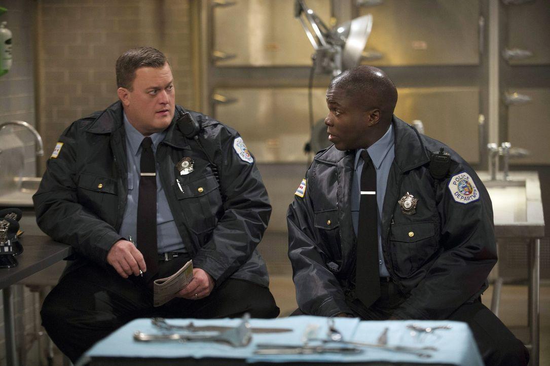 Wo sind Mike (Billy Gardell, l.) und Carl (Reno Wilson, r.) da gelandet? - Bildquelle: Warner Brothers