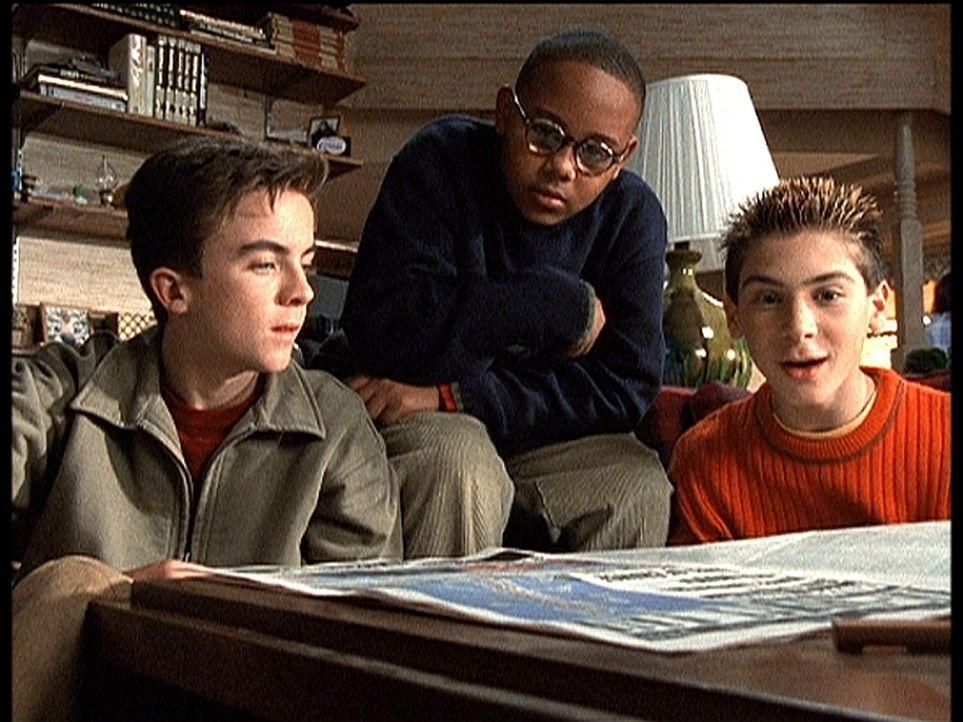 Total erfreut lesen Malcolm (Frankie Muniz, l.), Stevie (Craig Lamar Traylor, M.) und Reese (Justin Berfield, r.) in der Zeitung, dass ein Jahrmarkt... - Bildquelle: TM +   2000 Twentieth Century Fox Film Corporation. All Rights Reserved.