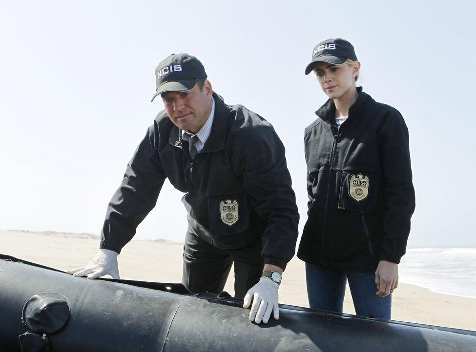 Unfall oder Brandstiftung? DiNozzo (Michael Weatherly, l.) und Bishop (Emily Wickersham, r.) untersuchen ein Schiff der US-Marine, auf dem ein Feuer... - Bildquelle: CBS Television