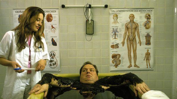 Physiotherapeutin Simone (Julia Dahmen, l.) flirtet mit Benno (Ottfried Fisch...