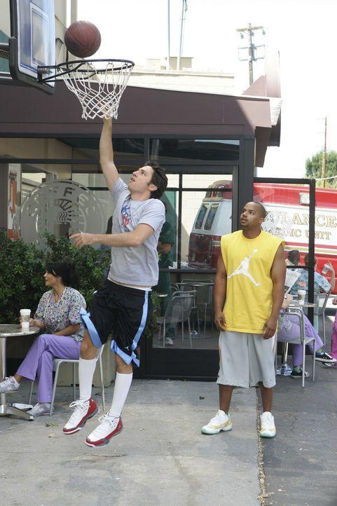 Damit sich J.D. (Zach Braff, l.) wieder besser fühlt und ihm verzeiht, lässt Turk (Donald Faison, r.) ihn beim Basketball-Spiel gewinnen ... - Bildquelle: Touchstone Television