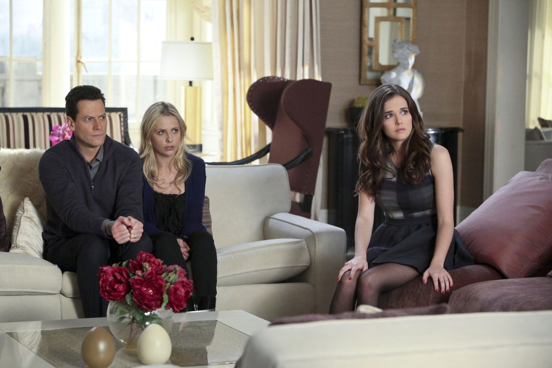 Andrew (Ioan Gruffudd, l.), Bridget (Sarah Michelle Gellar, M.) und Juliet (Zoey Deutch, r.) werden von Catherine in der Wohnung festgehalten ... - Bildquelle: 2011 THE CW NETWORK, LLC. ALL RIGHTS RESERVED