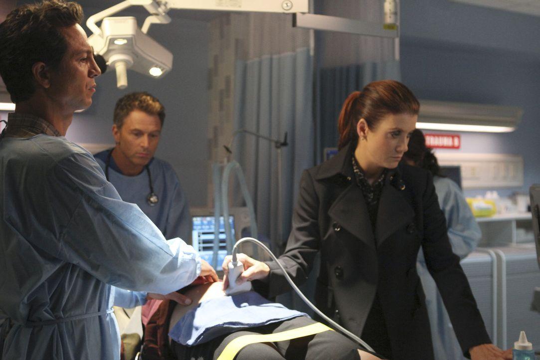 Stehen vor der schwierigen Entscheidung, Organe einer Patientin zu spenden oder das Leben deren ungeborenen Babys zu retten: Jack (Benjamin Bratt, l... - Bildquelle: ABC Studios