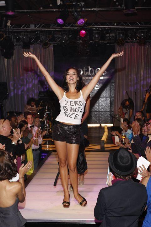 """Millicent (Lisa Goldstein) ist ganz aufgeregt, weil sie die große Modenschau für die neue """"Clothes over Bro's""""-Linie organisieren soll ... - Bildquelle: Warner Bros. Pictures"""